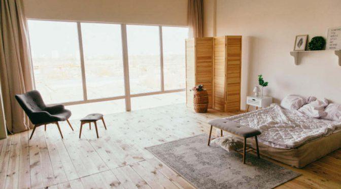 Podłoga do sypialni drewno czy wykładzina?
